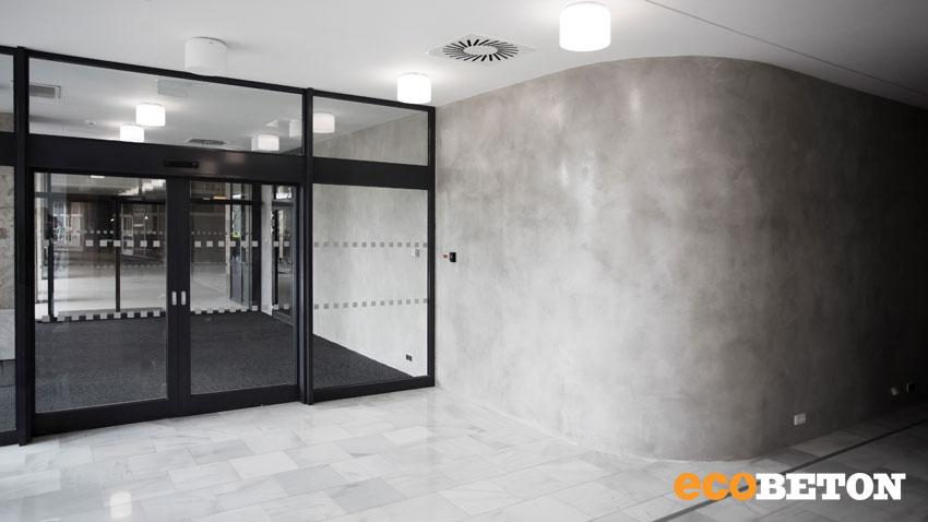 aplikace betonové stěrky Microbond na stěně