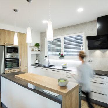 aplikace betonové stěrky Microbond v kuchyni