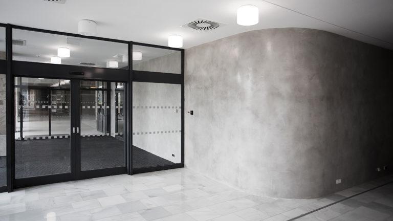 Betonová stěrka - aplikace na stěně