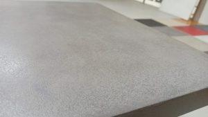 zvýrazněná struktura povrchu tvořena patinou